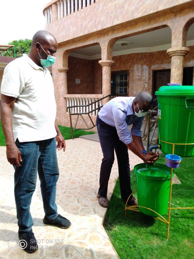Se laver les mains devient obligatoire et l'agent de sécurité au siège y veille!